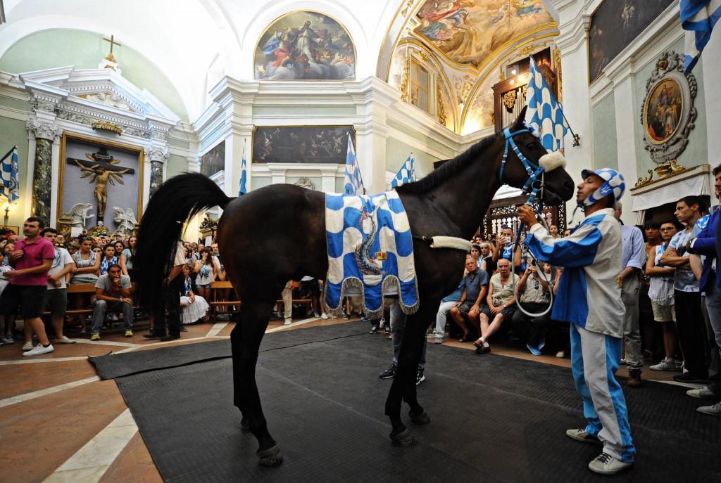 Benedizione del cavallo della contrada dell'Onda, prima del Palio di Siena, 2 luglio 2015. ANSA/ MAURIZIO DEGL'INNOCENTI